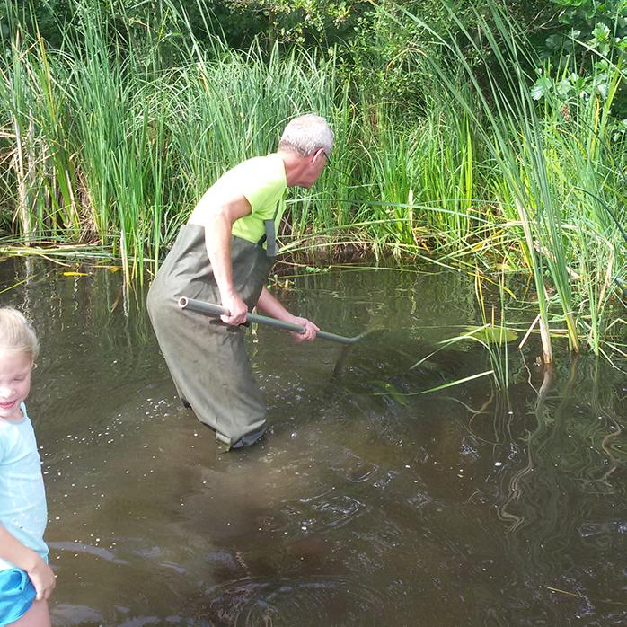 DOE Kind in de natuur IVN gids helpt een handje